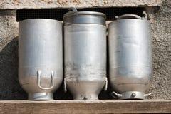 Oude die Melkblikken van Aluminium worden gemaakt Stock Foto