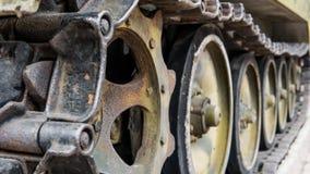 Oude die militaire uitrusting in slagen en oorlogen wordt vernietigd Tanks als moord weaponn stock foto
