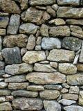Oude die muur met stenen tussen hen worden geplaatst Stock Foto