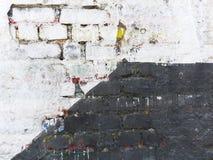Oude die muur in twee secties wordt verdeeld stock afbeeldingen