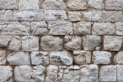 Oude die muur van lichte stenen wordt gemaakt Stock Foto