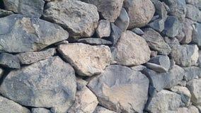 Oude die muur van natuurstenen, omheining, stenen en vast zonder beton worden gelegd stock video