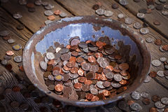 Oude die pan met muntstukken wordt gevuld Royalty-vrije Stock Afbeelding