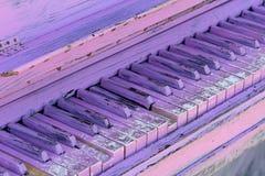 Oude die pianosleutels in purple worden geschilderd royalty-vrije stock fotografie