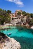 Oude die Roeiboot in Cala Fornells, Majorca wordt vastgelegd Royalty-vrije Stock Fotografie
