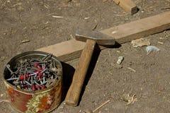 Oude die self-tapping schroeven, in een tindoos worden geschroeft, hamer Stock Afbeelding