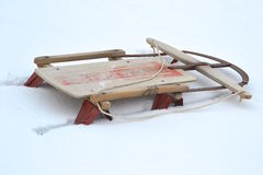 Oude die slee in de sneeuw wordt begraven royalty-vrije stock foto's