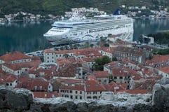 Oude die Stad van Kotor met Cruiseschip van Vooruitzicht, Montenegro wordt gezien royalty-vrije stock foto
