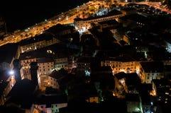 Oude die Stad van Kotor met Kerk van Vooruitzicht bij Nacht, Montenegro wordt gezien royalty-vrije stock afbeeldingen