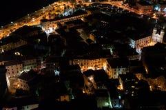 Oude die Stad van Kotor van Vooruitzicht bij Nacht, Montenegro wordt gezien stock foto's