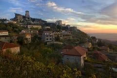 Oude die Stad van Kruja dichtbij Tirana in zonsonderganglicht wordt gevestigd, Albanië Royalty-vrije Stock Foto's
