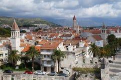 Oude die stad van Trogir, Kroatië van de toren wordt gezien Stock Fotografie
