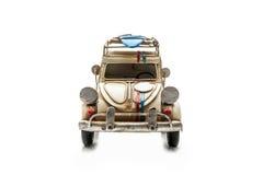 Oude die stuk speelgoed auto op witte achtergrond wordt geïsoleerd Stock Fotografie