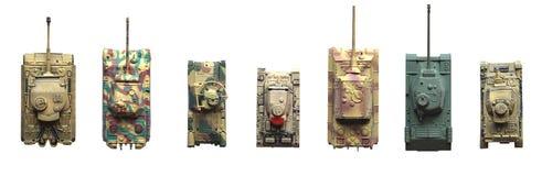 Oude die stuk speelgoed tanks op witte achtergrond worden geïsoleerd stock foto