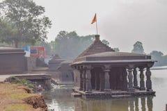 Oude die tempel in de rivier in de oude stad van India wordt ondergedompeld royalty-vrije stock afbeeldingen