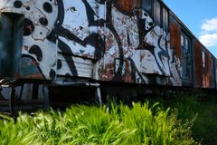 Oude die trein in het depot in graffiti wordt behandeld stock foto