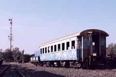 Oude die trein wegens verlengd gebruik wordt verlaten stock afbeelding