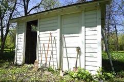 Oude die tuin met dubbele deuren wordt afgeworpen Stock Afbeelding