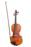 Oude die viool met boog op witte achtergrond wordt geïsoleerd Royalty-vrije Stock Foto