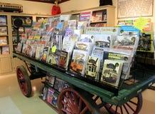 Oude die wagen met boeken en tijdschriften over historische karretjes, het Museum van het Kustkarretje, Kennebunkport, Maine, 201 Royalty-vrije Stock Foto's
