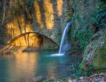 Oude die watermolen in het platteland van Toscanië wordt verborgen Royalty-vrije Stock Afbeeldingen