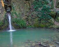 Oude die watermolen in het platteland van Toscanië wordt verborgen Royalty-vrije Stock Foto's