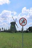 Oude die windmolen en verkeersteken aan Don Quixote-passage in Dudutki wordt verboden Stock Foto