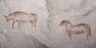 Oude Dieren tekening van een oude die mens op een holmuur, met oker wordt uitgevoerd stock illustratie