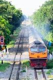 Oude diesel trein op vuil spoor Stock Afbeelding