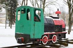 Oude dieselmotor die zich op een smalle maatspoorlijn bevinden royalty-vrije stock foto's