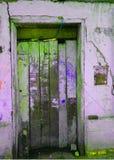 Oude dilapidated houten deur stock foto