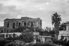 Oude dilapidated ruïne van een huis Stock Fotografie