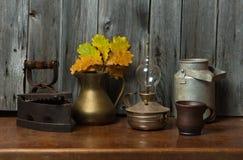Oude dingen en bladeren Royalty-vrije Stock Fotografie