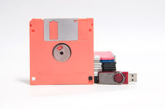 Oude diskette en flitsaandrijving gezet op witte achtergrond Stock Afbeelding