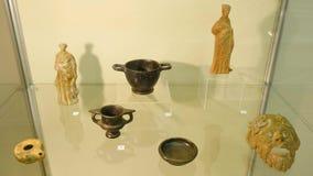 Oude diverse capaciteit voor voorbereiding van geneesmiddelen en waterkruiken op Museum Tentoonstelling van Chinaware in stock videobeelden