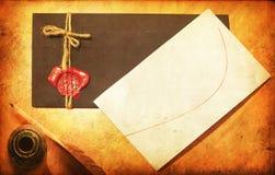 Oude document/brief en zwarte envelop met rode wasverbinding Stock Afbeelding