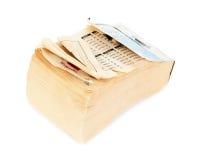 Oude document kalender die op witte achtergrond wordt geïsoleerd. Stock Foto