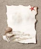 Oude document markering op natuurlijk zand met zeeschelp Royalty-vrije Stock Foto