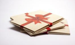 Oude document verpakking met rood lint en rode boog Royalty-vrije Stock Foto