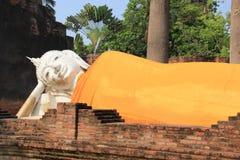 Oude Doende leunen Boedha bij Watyaichaimongkol-Tempel in Ayudhaya Stock Foto's