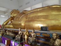 Oude doende leunen Boedha in Thailand royalty-vrije stock foto's