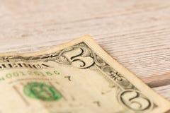 Oude 5 dollarrekening op een houten lijst Sluit omhoog Het concept besparingsgeld royalty-vrije stock foto