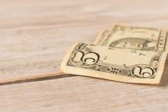 Oude 5 dollarrekening op een houten lijst Sluit omhoog Het concept besparingsgeld stock afbeeldingen