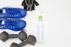 Oude domoor, fitness bosje en plastic waterfles, sportschoenen en in oorhoofdtelefoon op witte achtergrond Royalty-vrije Stock Fotografie