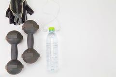 Oude domoor, geschiktheidsbosje en plastic waterfles en in oorhoofdtelefoon op witte achtergrond Royalty-vrije Stock Afbeelding