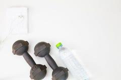 Oude domoor, geschiktheidsbosje en plastic waterfles, in oorhoofdtelefoon en witte handdoek op witte achtergrond Stock Afbeelding