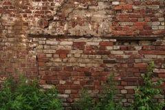 Oude donkere bakstenen muurachtergrond stock foto's