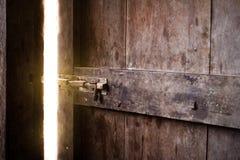 Oude donkere ruimte met glanzende gesloten deur stock foto