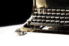 Oude donkere schrijfmachine met computermuis Stock Afbeelding
