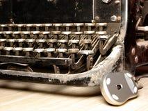 Oude donkere schrijfmachine met moderne muis royalty-vrije stock afbeeldingen